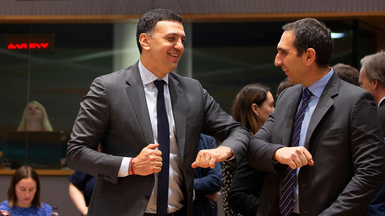 2020年3月6日,在比利时布鲁塞尔的一次讨论新冠疫情的会议上,希腊卫生部长Vassilis Kikilias(左)与塞浦路斯卫生部长Constantinos Ioannou用撞肘的方式打招呼。(美联社)