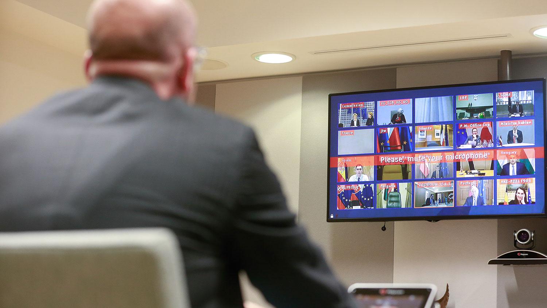 2020年3月10日晚,欧盟27成员国领袖召开紧急视频会议商讨对策,将遏止病毒传播列为最优先事项。(法新社)