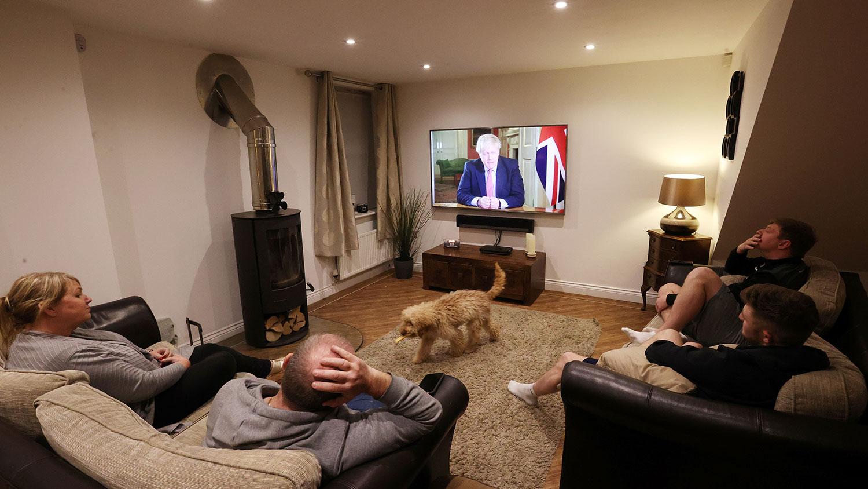 """英国疫情持续延烧,2020年3月23日晚间,英国首相鲍里斯·约翰逊(Boris Johnson)宣布全英国将实施3周的""""禁足令"""",限制民众非必要不能出门,许多公共场所也不能再对外开放营业。(路透社图片)"""