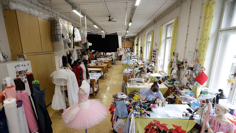 图为,2020年3月19日,国家剧院的员工在捷克共和国布拉格的一家服装工作坊中缝制口罩。(美联社)