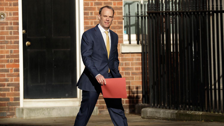 约翰逊被转送加护病房,还不忘交代在必要的情形下,由外交大臣拉布(Dominic Raab)代理职务。图为拉布抵达唐宁街。(美联社)