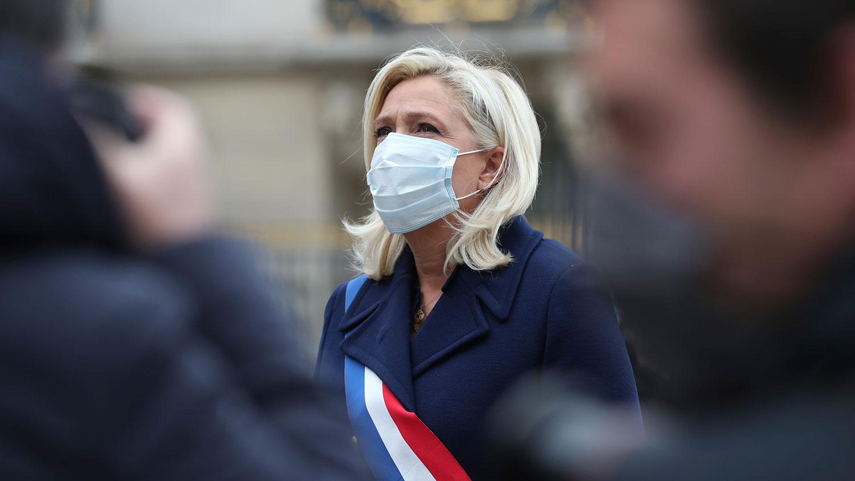 2020年5月1日,法国极右翼领导人玛丽娜•勒庞戴口罩站在圣女贞德的雕像前。(美联社)