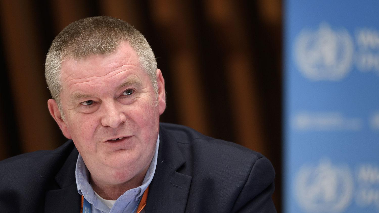 世卫紧急情况主任瑞安(Michael Ryan)警告,如果国际社会不合作防疫与研發疫苗广泛施打,死亡人数还可能翻倍到200万。(AFP)