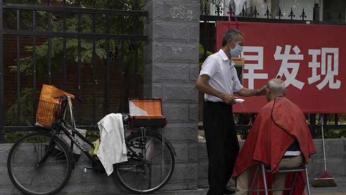 2020年7月30日北京街头防治新冠肺炎的宣传。美国最新一项民意调查显示,民众批评,中国向世界传播了新冠病毒。(美联社)