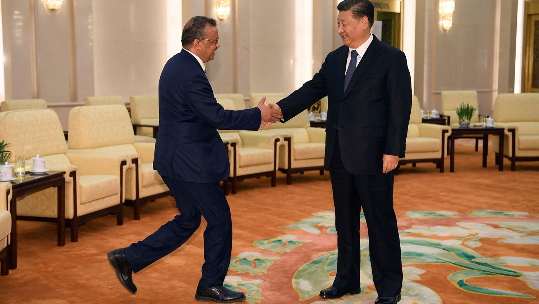 2020年1月28日,在中国人民大会堂,世界卫生组织总干事特德罗斯·阿达诺姆(Tedros Adhanom)与中国国家主席习近平握手。(路透社)