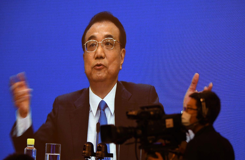 武汉肺炎疫情扩散全球,中国成为众矢之的。在人大闭幕后的中外记者会上。李克强强调,中国目前有效控制疫情,并积极参与国际合作。(法新社)