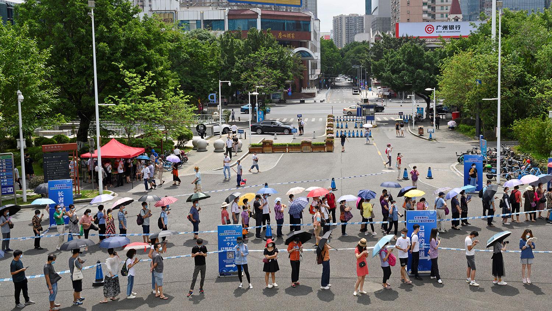 2021 年 5 月 29 日,广州市疫苗接种点外,人们排队接种冠状病毒病疫苗 。(路透社)