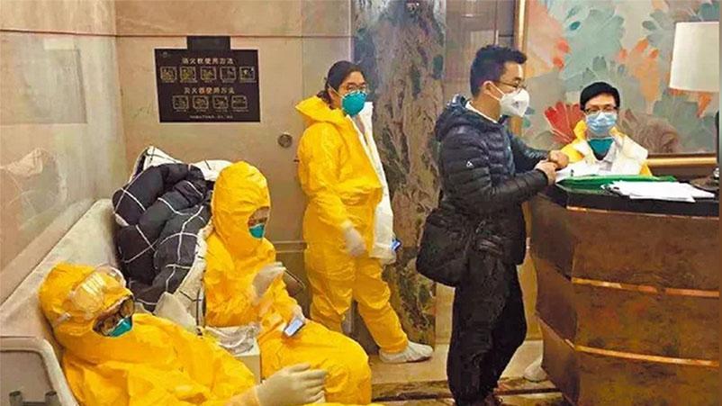 广州保利天悦小区整栋楼爆发小区感染,防疫人员在大堂守候。 (微博图片)