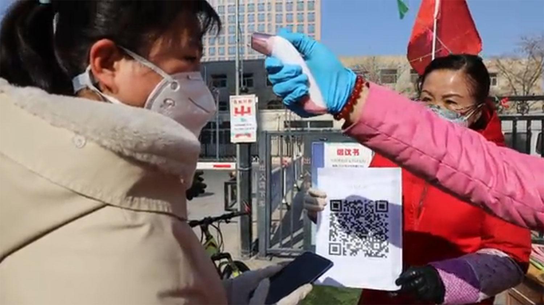 新型冠状病毒肺炎持续扩散,在疫情最严峻的武汉市,当局进一步加强公共场所疫情防控工作,市民出入公共场所必须扫二维码(QR Code)登记。(视频截图/路透社)