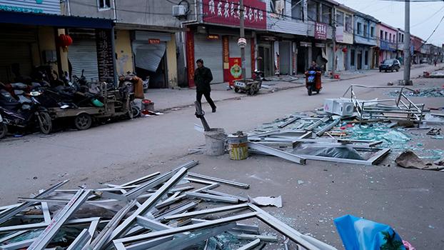 江苏盐城一家化工厂发生爆炸,工厂附近有房屋被毁。(路透社)