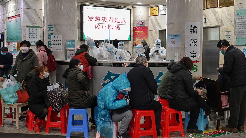 2020年1月24日,武汉市武汉市红十字会医院病人等待医治。(法新社)