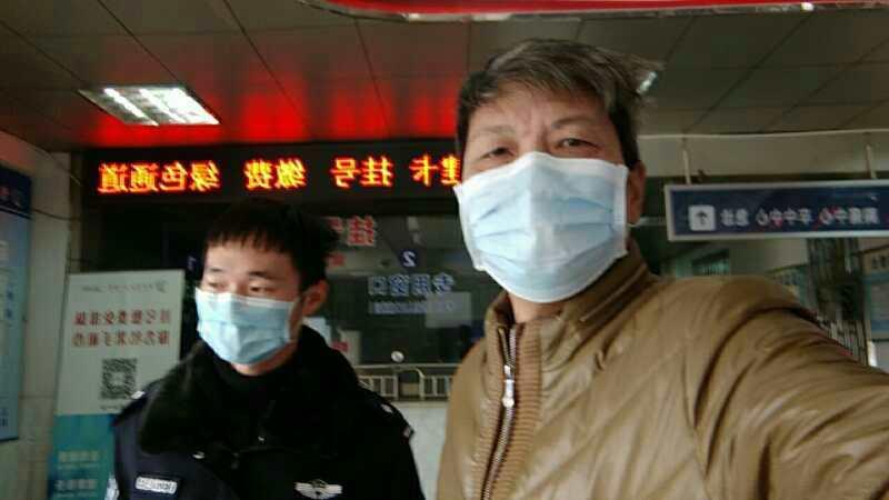 2020年2月17日,湖南异议人士陈思明被(右)株洲公安强行带到医院接受体检。(陈思明独家提供)