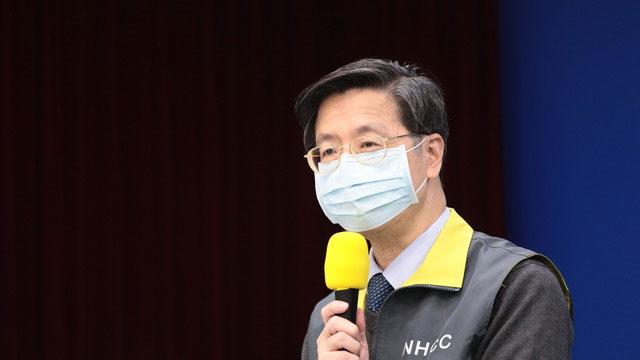 中央流行疫情指挥中心专家谘询小组召集人张上淳解释无症状传染情形。(疾管署提供)