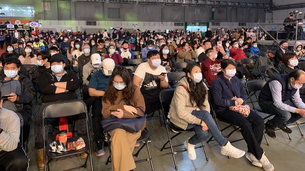 鸿海集团年终尾牙员工及眷属戴口罩看表演。(记者 黄春梅摄)