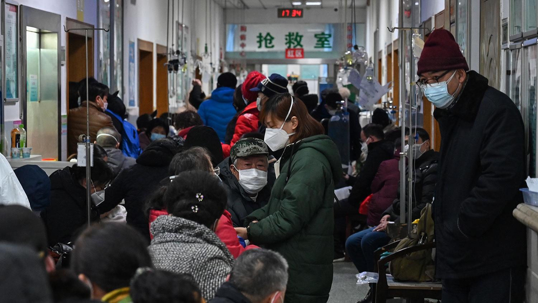 2020年1月25日,武汉市红十字会医院内挤满了感染新冠病毒等待医治的患者。 (法新社)