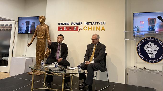 """""""公民力量""""组织负责人杨建利(左)(记者王允摄影)"""