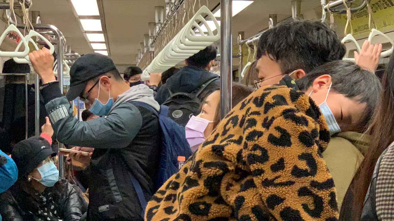 台湾人有SARS经历,搭乘大众运输戴口罩普遍。(记者夏小华摄)