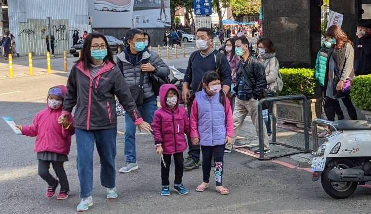 台湾已有5例确诊,台湾民众不少出入公共场合已戴上口罩。(民众提供)