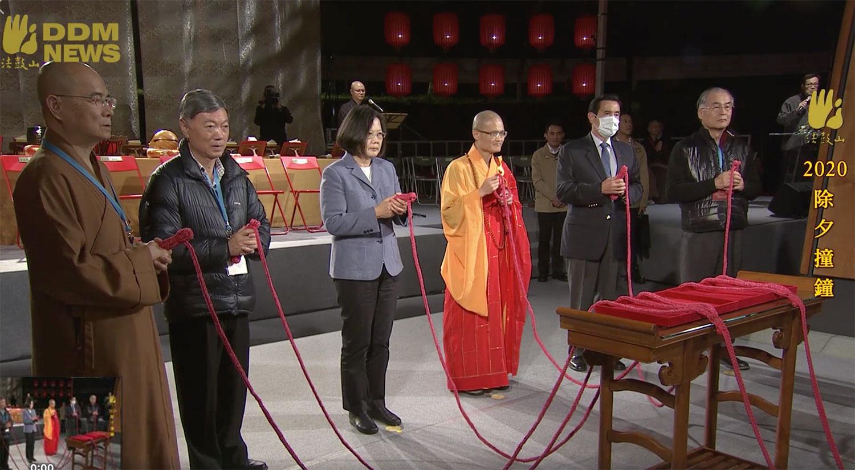 前总统马英九(右二)戴口罩出席法鼓山祈福大会。(法鼓山脸书)