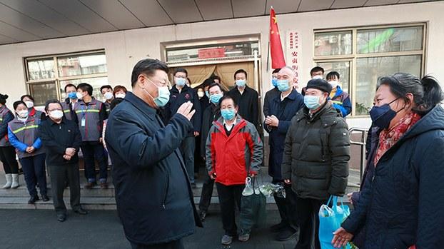 中国领导人习近平2020年2月10日视察北京的一个居民社区(新华社/法新社)