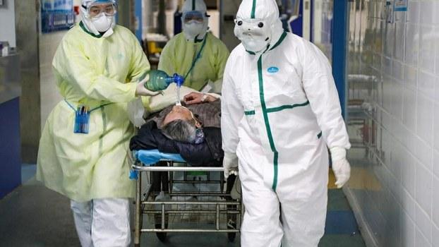 湖北省武汉市蔡甸区的医务工作者在救护新冠病毒患者。(路透社)