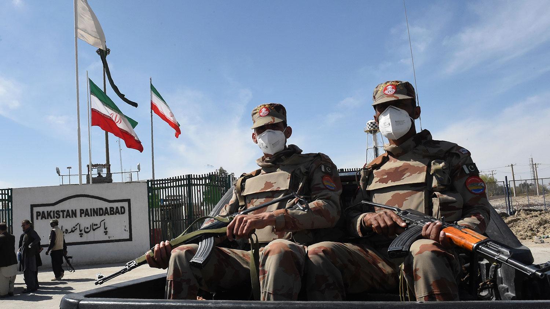 """武汉肺炎传向全世界,有武汉人表示要向全世界说""""对不起""""。图为戴着口罩的巴基斯坦士兵在巴基斯坦、伊朗边界附近巡逻。(AFP)"""