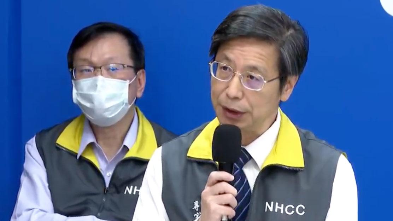 指挥中心召集人张上淳(右)说明无症状感染者。(卫福部youtube直播截图)