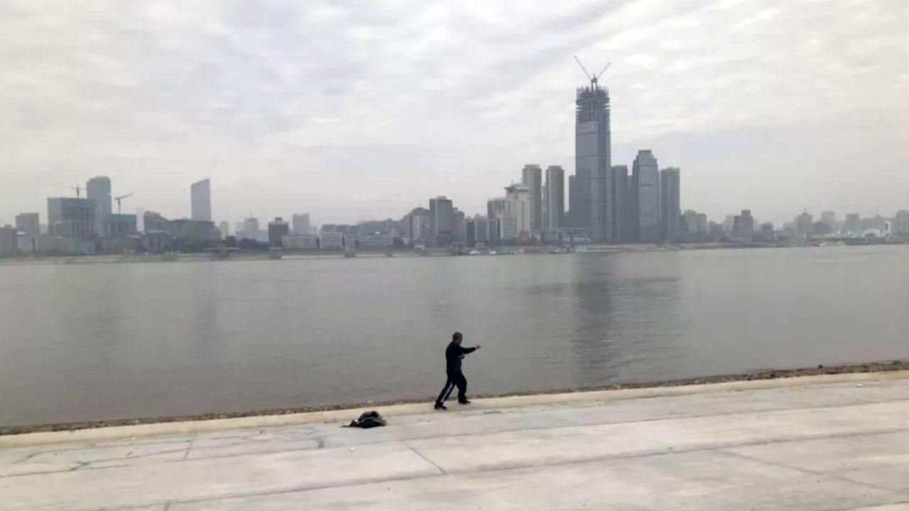 2月1日江边打太极的人。(郭晶拍摄)