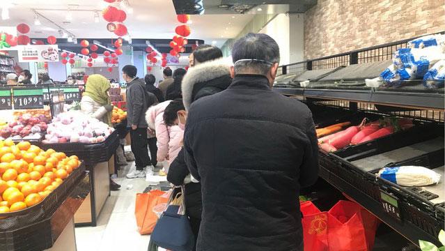 1月27日超市大排长龙抢购人潮,郭晶提到有人买了好几包盐担心一封就是一年。(郭晶拍摄)