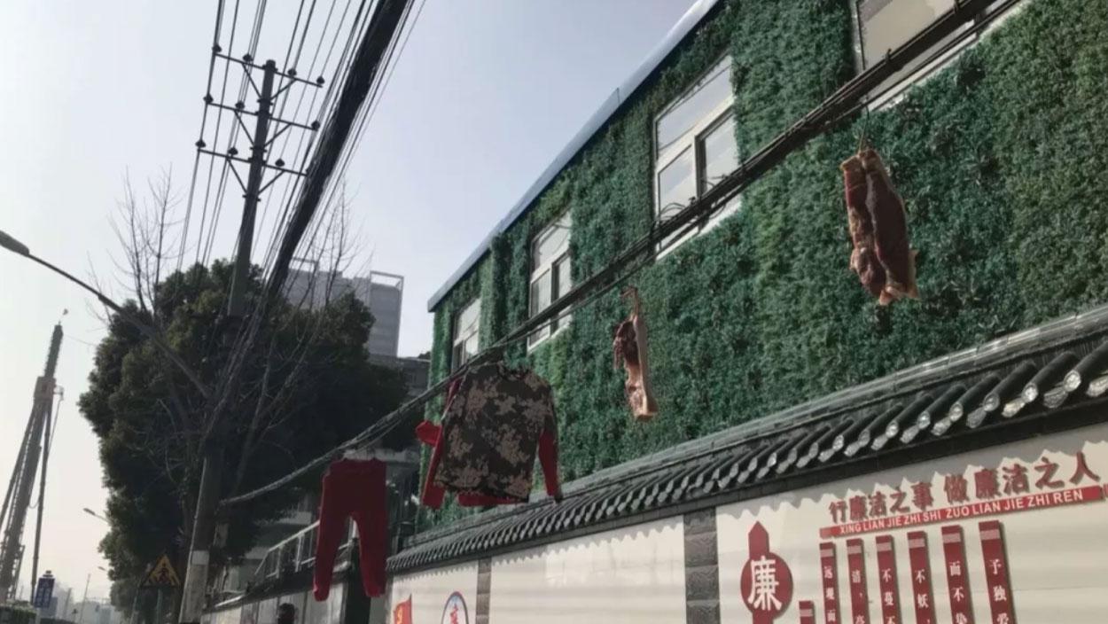 1月31日街頭可見電線上晾衣服和肉。(郭晶拍攝)
