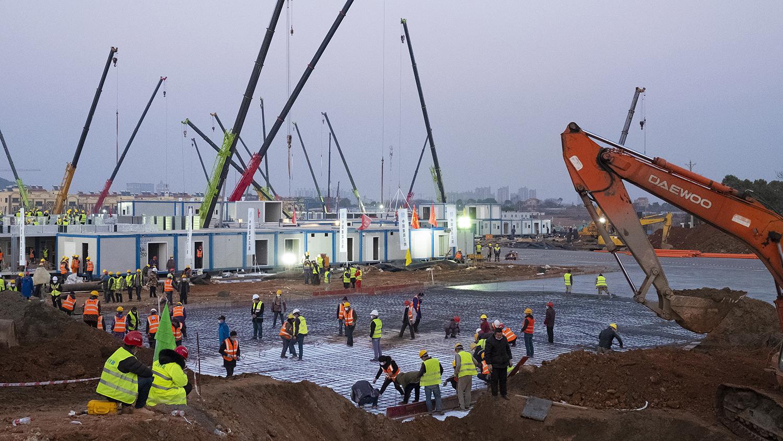 2020年1月30日,建筑工人在抢建武汉火神山临时医院。(美联社)