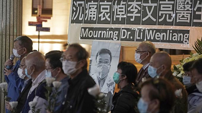 資料圖片:2020年2月7日,市民在香港悼念李文亮醫生。(美聯社)