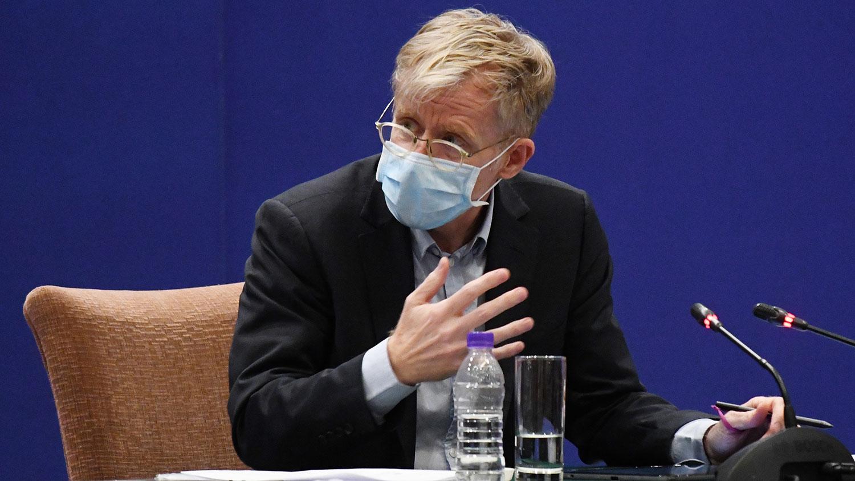 """2020年2月24日,世卫助理总干事布鲁斯.艾尔沃德(Bruce Aylward)在北京记者会上,承认没去过武汉医院的任何""""脏区""""(dirty areas)。(法新社)"""