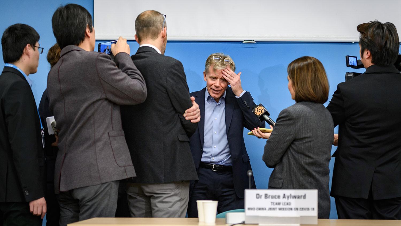 2020年2月25日,在瑞士日内瓦世界卫生组织(WHO)访华后,世卫助理总干事布鲁斯.艾尔沃德(Bruce Aylward)在新闻发布会后与记者讲话。(法新社)
