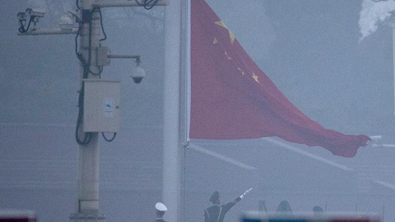 2019年3月5日,北京天安门广场在雾霾中举行升旗仪式。(美联社)