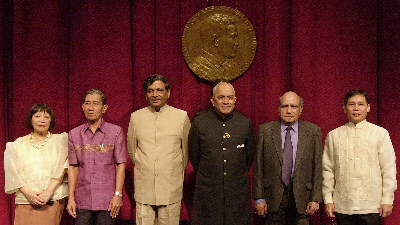 """2004年8月31日,蒋彦永(左二)荣获菲律宾""""麦格塞塞公共服务奖""""。该奖被称为亚洲的诺贝尔奖。获奖理由是:""""勇于揭露SARS疫症真相,从而拯救了无数生命。""""(美联社)"""