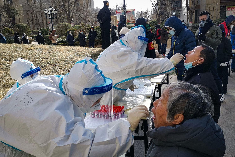 2021年1月6日,河北省石家庄爆发新的Covid-19冠状病毒之后,医务工作者对居民核酸检测。(AFP)