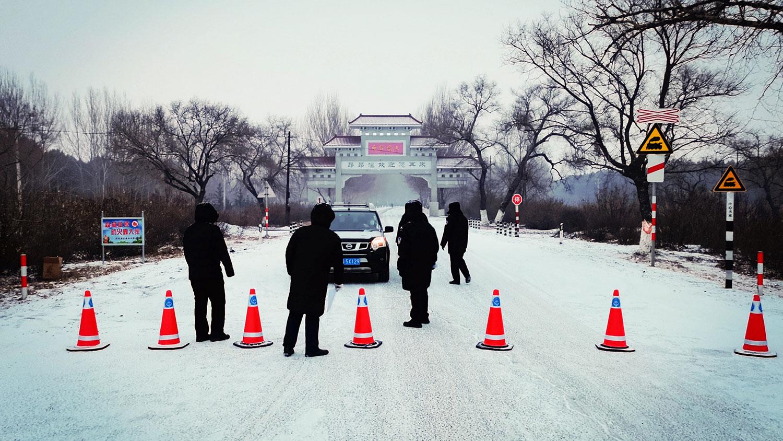 """2021年1月12日,黑龙江省齐齐哈尔市宣布为""""紧急状态""""时,汽车被禁止驶离昂昂溪区。(AFP)"""