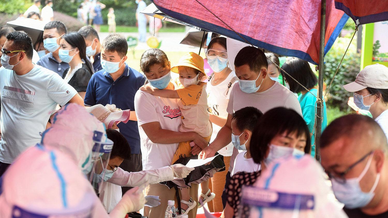 2021 年 8 月 3 日,湖北省武汉市的居民排队接受冠状病毒核酸检测。 (AFP)