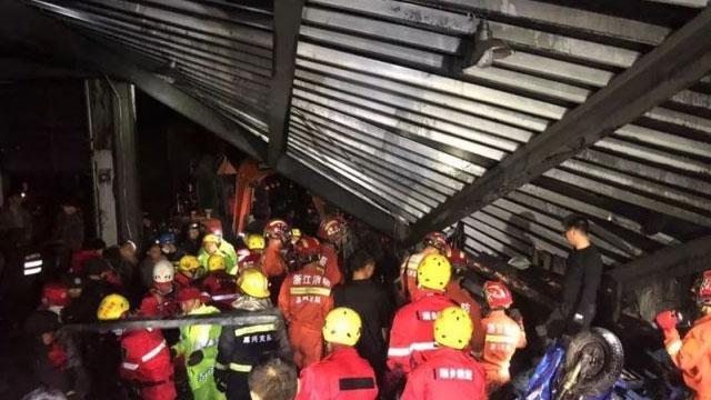 2019年12月3日下午,浙江省海宁许村镇荡湾工业园区龙洲印染厂发生污水罐体爆炸及坍塌,事故造成9人死亡,另有4名重伤者在医院救治。(网络视频截图)