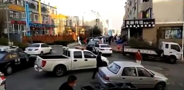 大批警方人员出动,防止居民外出。(视频截图)