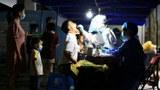 2021 年 6 月 8 日,一名身穿防护服的医务人员在广东省珠海市香洲区收集一名男子的拭子进行核酸检测。