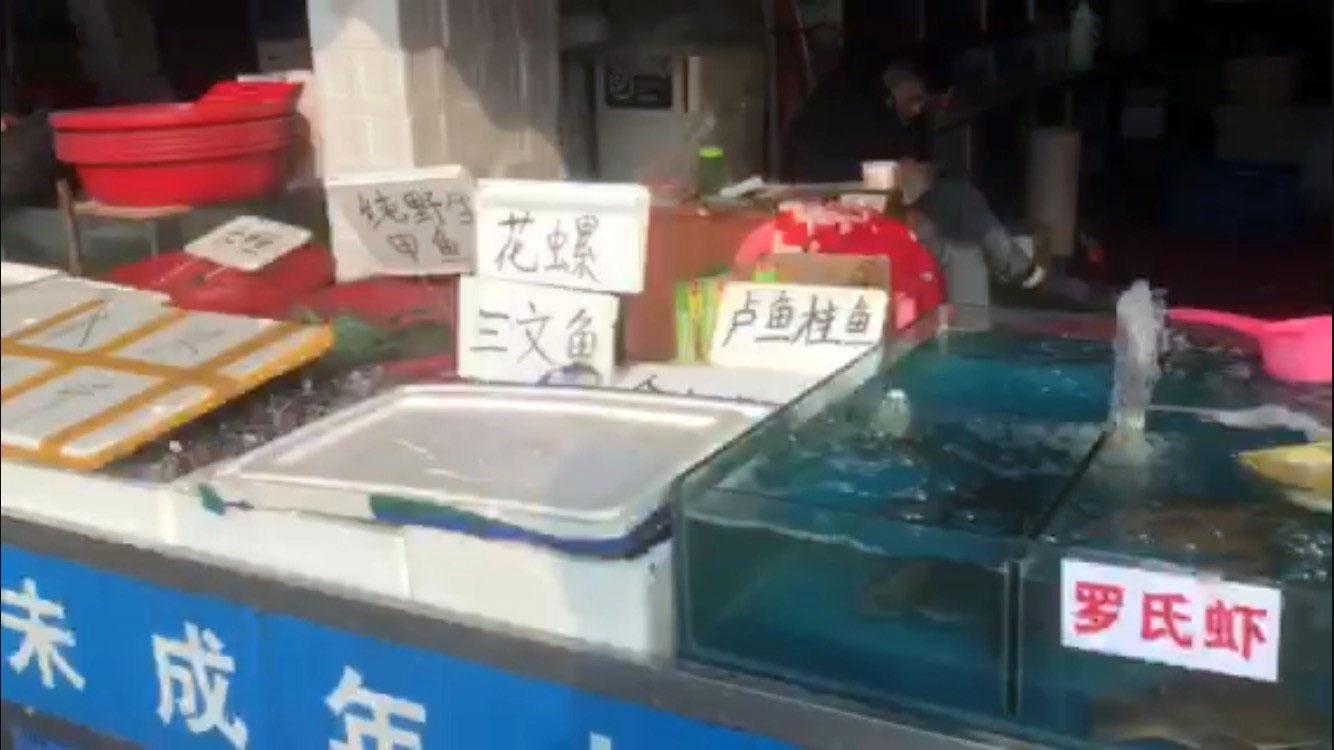 武汉华南海鲜市场外围街边。(志愿者提供/记者乔龙)
