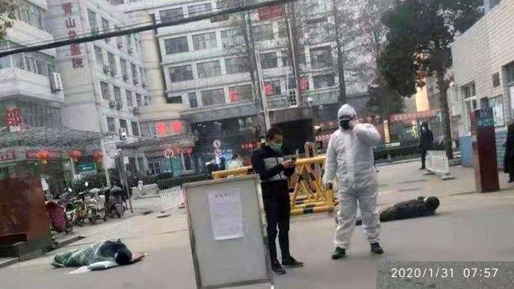 最近一段时期,武汉街头几乎每天可见到有上述情景。(推特图片)
