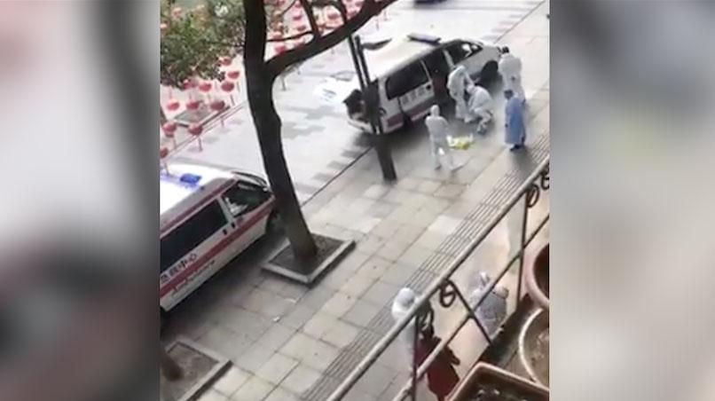 穿防化服的救援人员正准备救援。(视频截图)