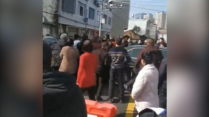温州封城,居民不满官方事先不通知,与武警发生推撞。(视频截图)