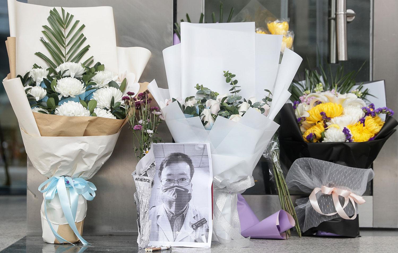2020年2月7日,武汉市民在武汉医院门外放置鲜花,悼念李文亮医生。(法新社)
