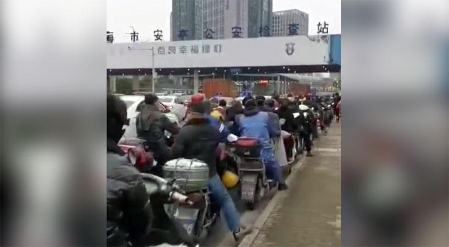 上海安亭公路检查站,聚集众多进城人士。(志愿者提供/记者乔龙)