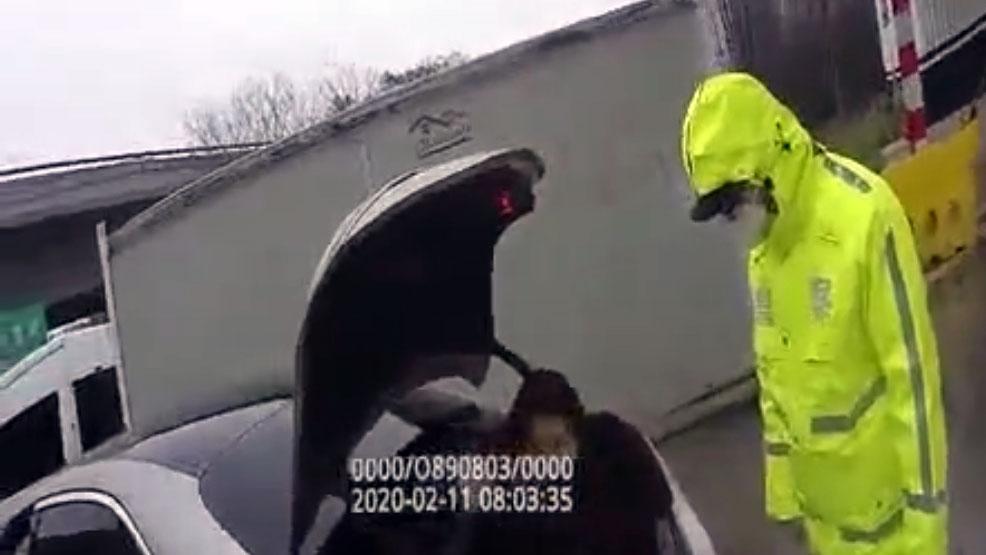 杭州与上海之间一高速公路检查站,公安查获一私家车后备箱藏人。(视频截图)