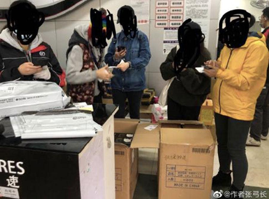 """广西网民订购的口罩,包装箱上写有""""救援物资""""。(网络图片/乔龙提供)"""